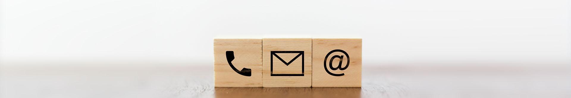 banner kontakt - drewniane kostki